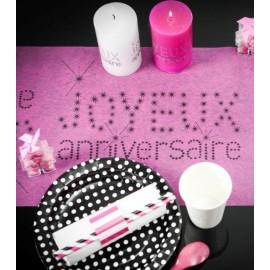 Chemin de table joyeux anniversaire fuchsia intissé