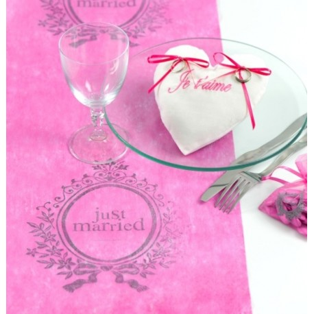 Chemin de table just married fuchsia intissé 5 M