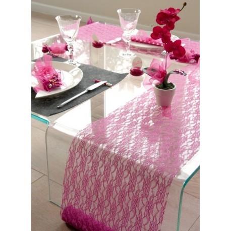 Chemin de table dentelle fuschia decoration mariage fete