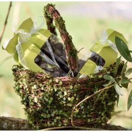 Panier en rotin avec feuilles