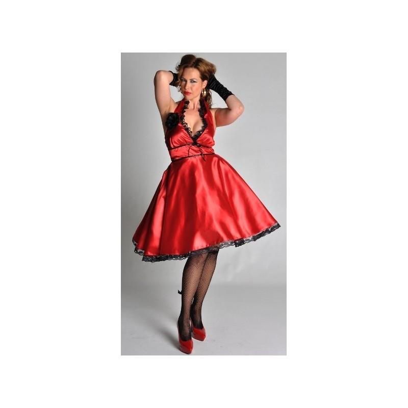 Robe rouge et collant noir opaque